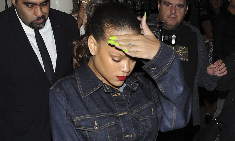Rihanna regresa al 'total denim' con un especial detalle 'deluxe'