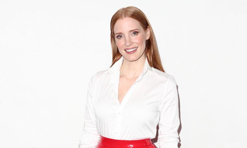 Jessica Chastain o por qué las mujeres poderosas tienen una falda roja en su armario