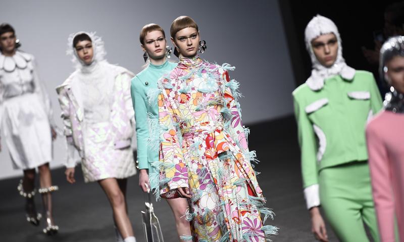 El futuro de la moda era esto: el bolso para las que no pueden vivir sin móvil