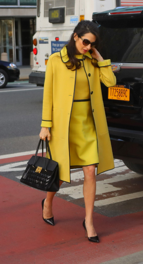 ... Amal Clooney con un abrigo amarillo ... 131456e328fd