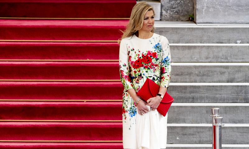 De Máxima de Holanda a Eva González: vuelve la tendencia de los zapatos bicolor