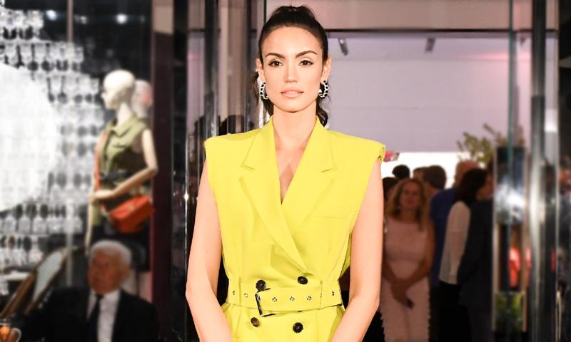 Diez bolsos estampados que toda estilista combinaría con vestidos lisos