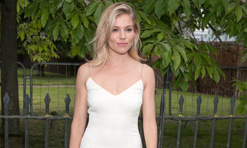 el vestido de fiesta de sienna miller: un slip dress inspirado en un