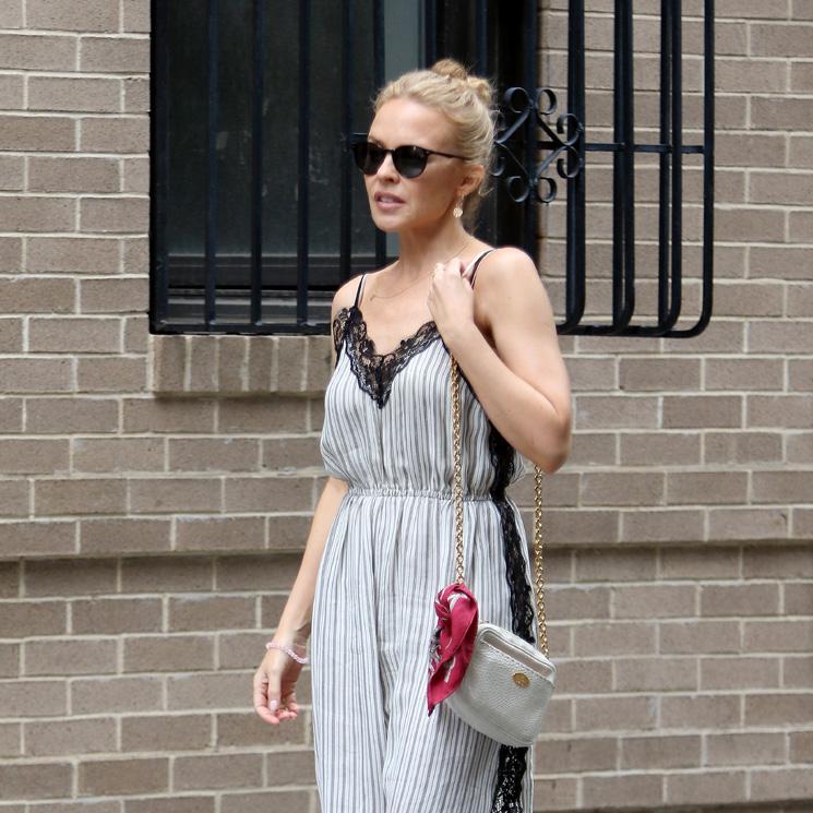 kylie minogue y su truco de estilismo para llevar vestidos largos si