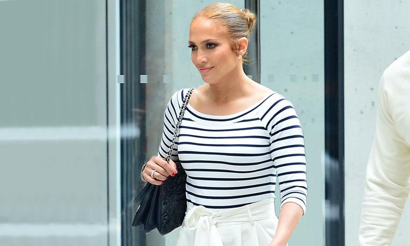 Jennifer Lopez rompe clichés sobre el estampado de rayas y las mujeres con curvas