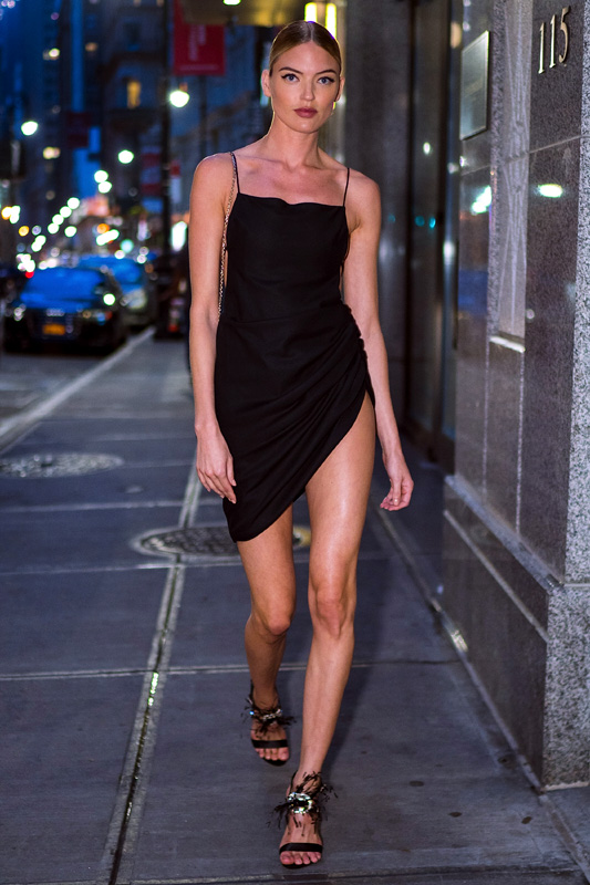Martha Hunt con vestido negro mini
