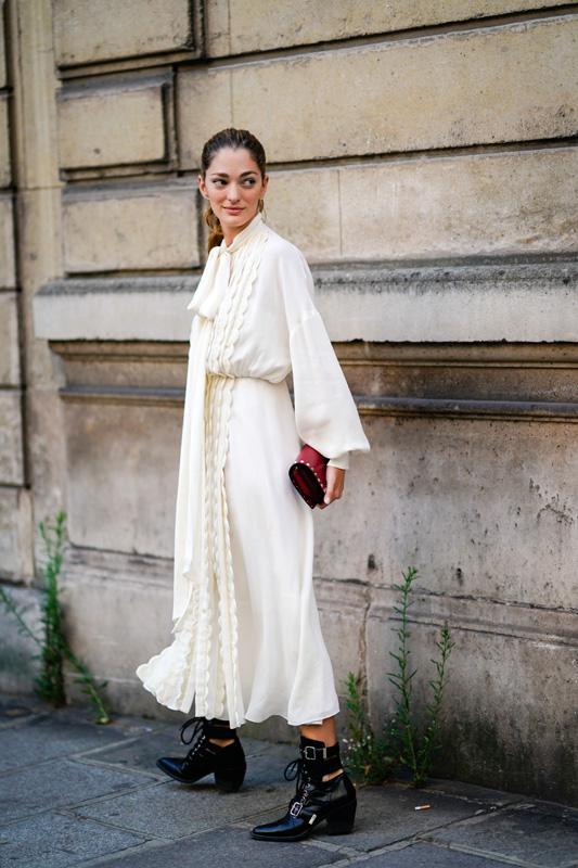 Sofía Sánchez de Betak con un vestido blanco y botines negros