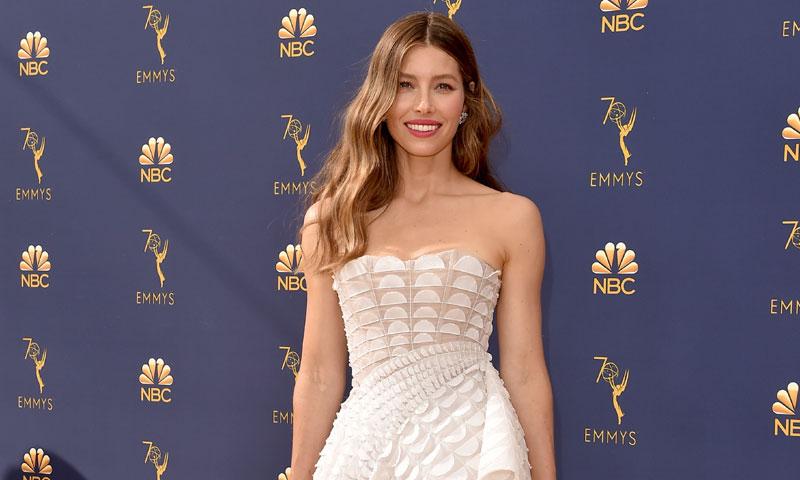 De Jessica Biel a Chrissy Teigen: los looks más impactantes de los Emmy, al detalle