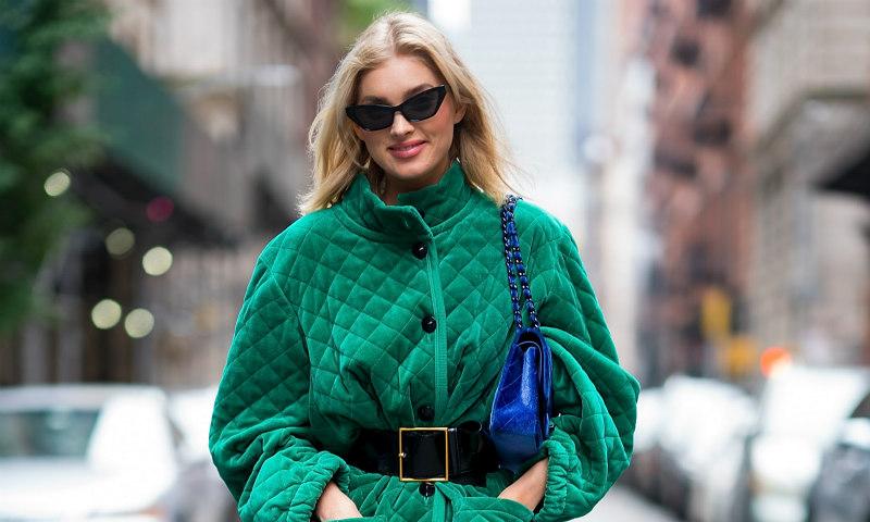 Elsa Hosk y el truco que convierte el 'oversize' en la silueta de todas las mujeres