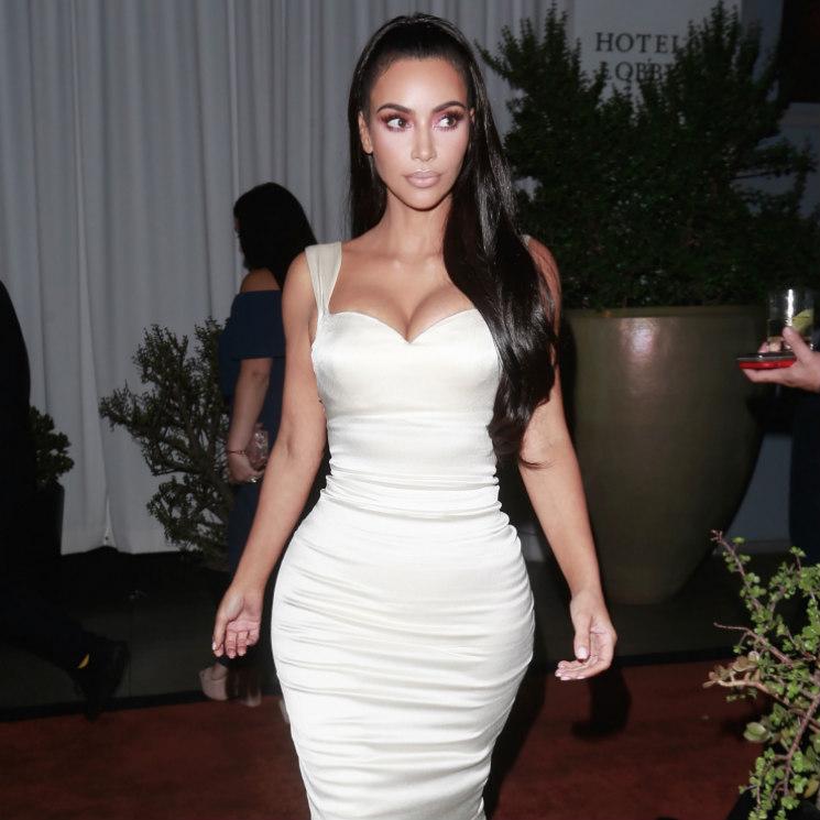 kim kardashian se viste de novia para recibir un premio