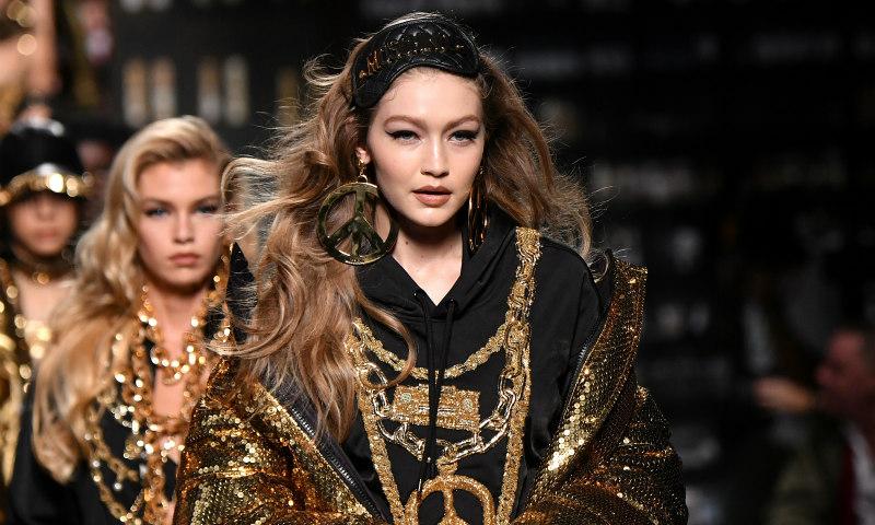 Cultura pop, televisión y hip hop: la colección de Moschino para H&M, en 20 prendas