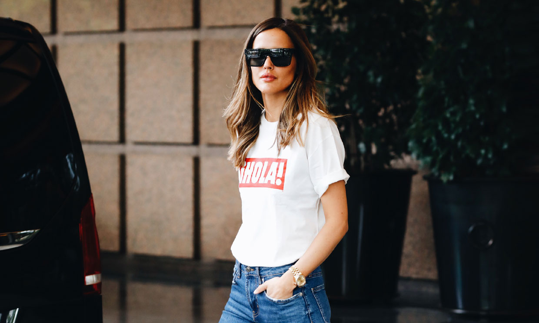 Del trabajo a una noche de fiesta: combina la camiseta de ¡HOLA! y Pull&Bear como las expertas en moda