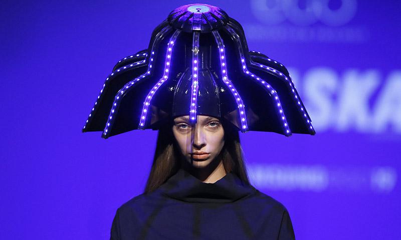 Betiana Pavón, la ganadora de Samsung EGO, abre la pasarela madrileña con sombreros del futuro