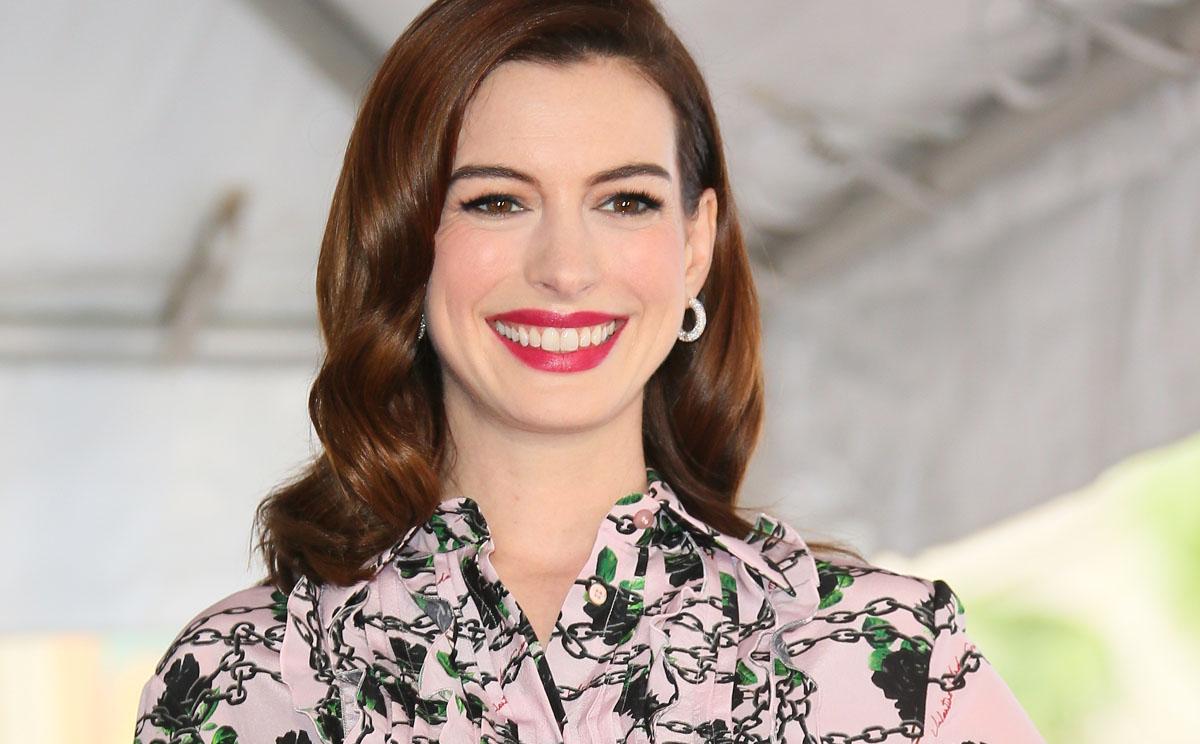 En busca del vestido de invitada premamá con Anne Hathaway y Laura Escanes