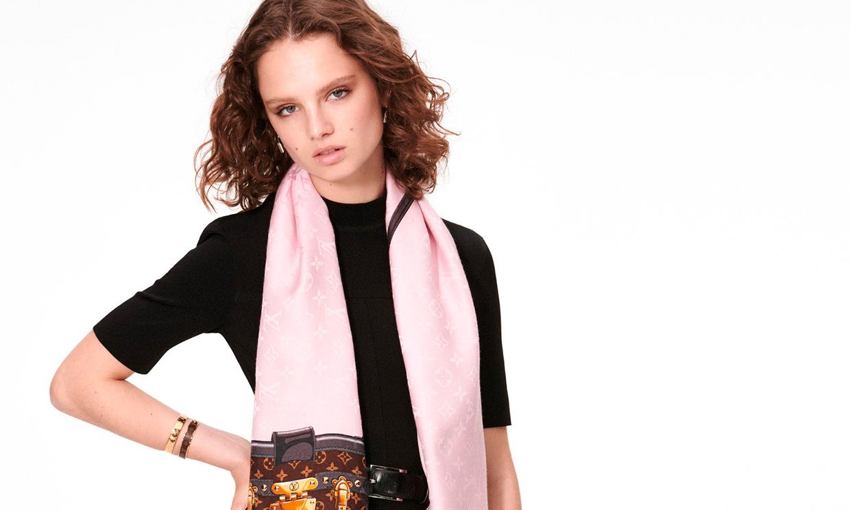 Manual de estilo: 4 formas de llevar el pañuelo este otoño recomendadas por Louis Vuitton