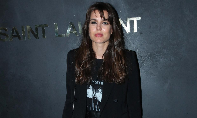 Carlota Casiraghi muestra su imagen más 'grunge' con camiseta roquera y minifalda de cuero