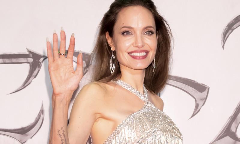 Angelina Jolie impacta en Tokio con un vestido 'flapper' plateado