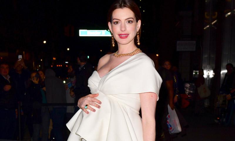 De blanco y con volantes, Anne Hathaway desafía el 'dresscode' premamá