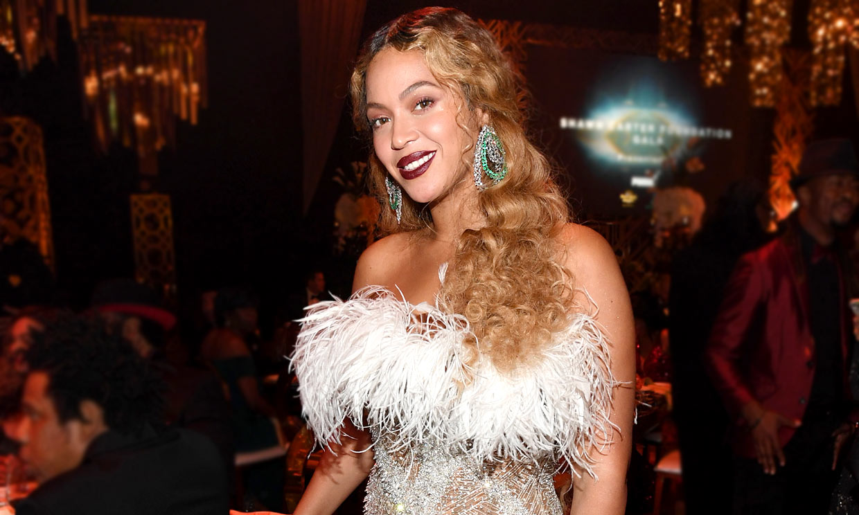 Beyoncé colapsa internet con dos vestidos de alto impacto y un bolso viral