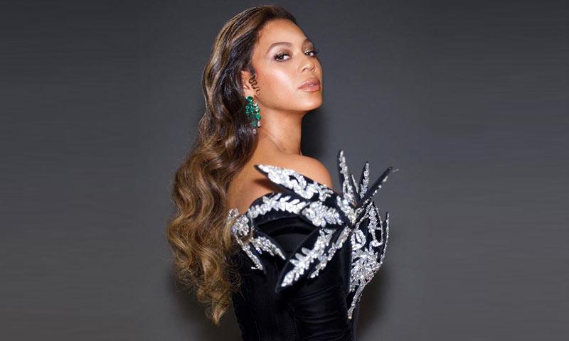 Terciopelo, pedrería y esmeraldas: El look viral con el que Beyoncé eclipsó a las Kardashian