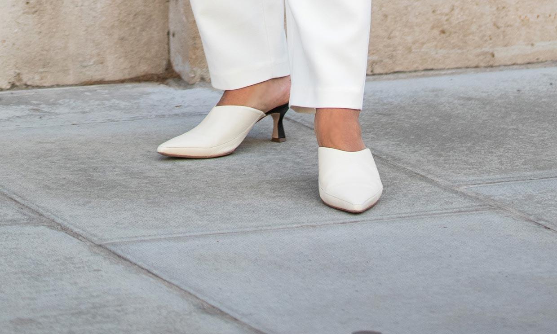 Ni zapatillas, ni sandalias: mules, el calzado que mejor combina con faldas y pantalones