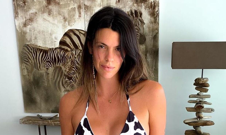 Laura M. Flores presume de tipazo con un bikini de atrevido estampado animal
