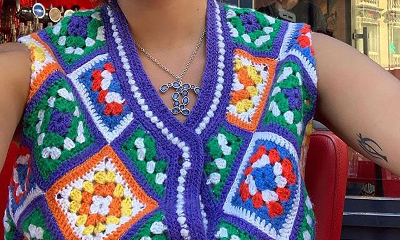 ¿Recuerdas los diseños de ganchillo de tu abuela? ¡Vuelven con este estampado multicolor!