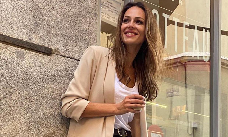 Eva González convierte sus zapatillas preferidas en la mejor elección para llevar con pitillos