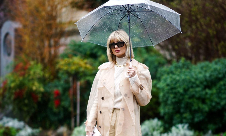 Con estas prendas y complementos (de tendencia) querrás que llueva todo el año
