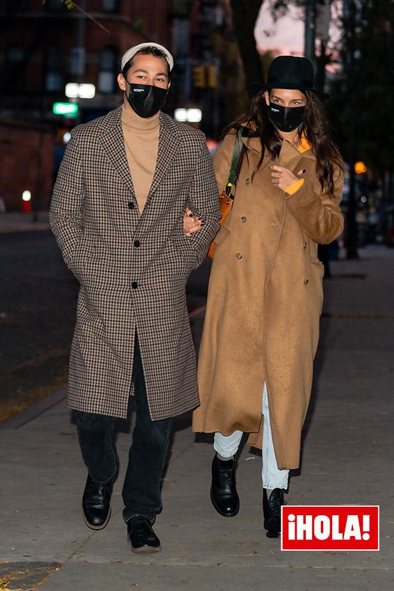 Katie Holmes en abrigo marrón