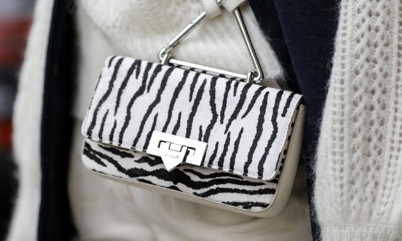 Convierte tus looks en innovadores con el bolso de cebra que gusta a las supermodelos