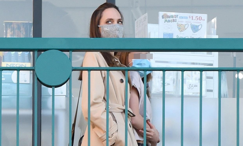 De su gabardina al calzado plano: los favoritos de Angelina Jolie para ir de compras