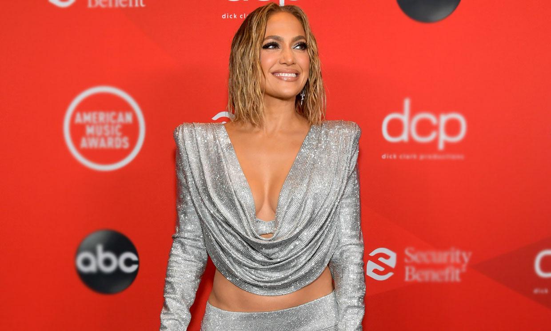 Jennifer Lopez, pura sensualidad en los AMAs: escotazo y comentadas transparencias