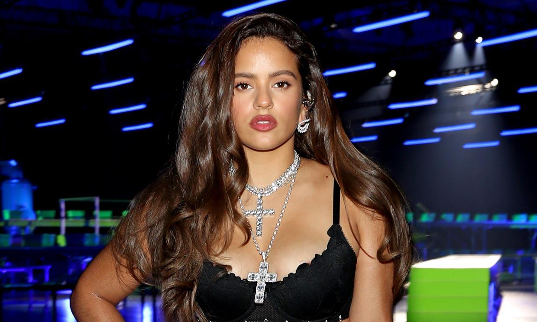 El cambio de estilo de Rosalía con un vestido 3D en los Oscar británicos de la moda