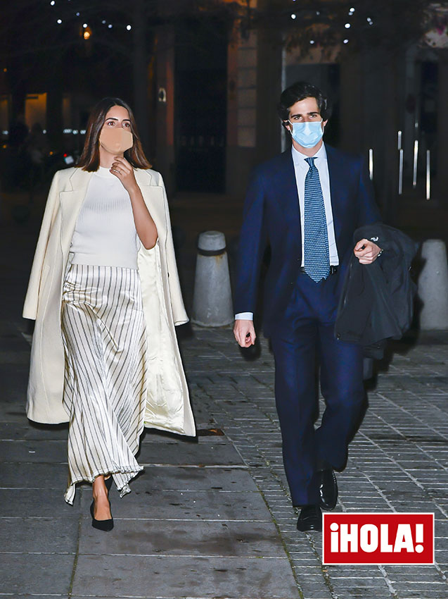 https://www.hola.com/imagenes/moda/tendencias/20201219181427/sofia-palazuelo-falda-rayas-jersey-look-opera/0-903-111/sofia-palazuelo-z.jpg