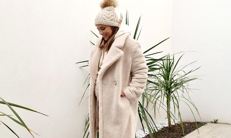 Paula arriesga con su look premamá para la nieve: botas 'track' rebajadas y pantalón 'lace up'