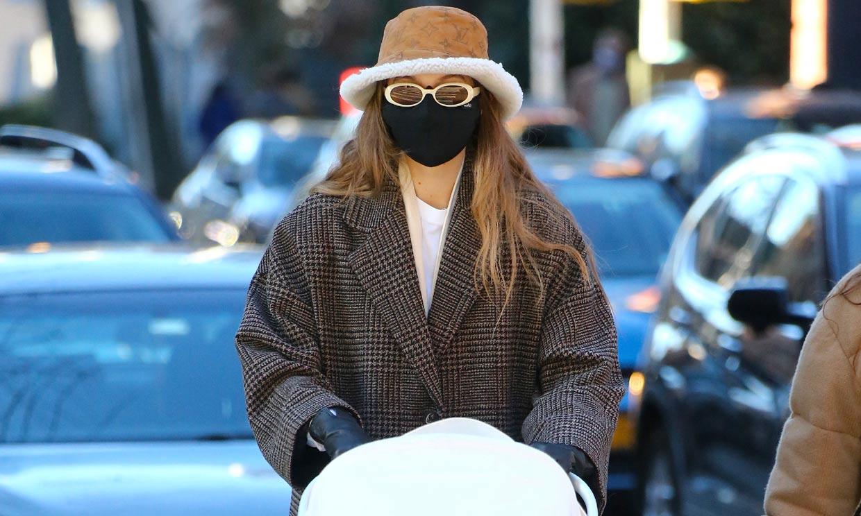 Gigi Hadid estrena un abrigo de cuadros de Mango rebajado a 60 euros