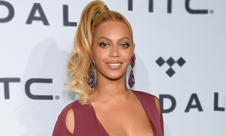 ¿Es un bañador de vinilo? Beyoncé juega al despiste, pero enloquece a sus fans