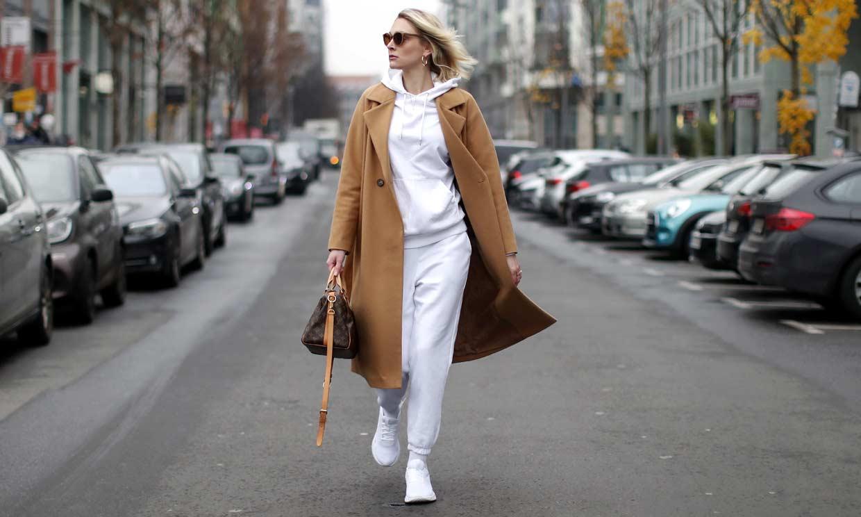 La prenda deportiva que podrás llevar con chaqueta o abrigo para estar fabulosa