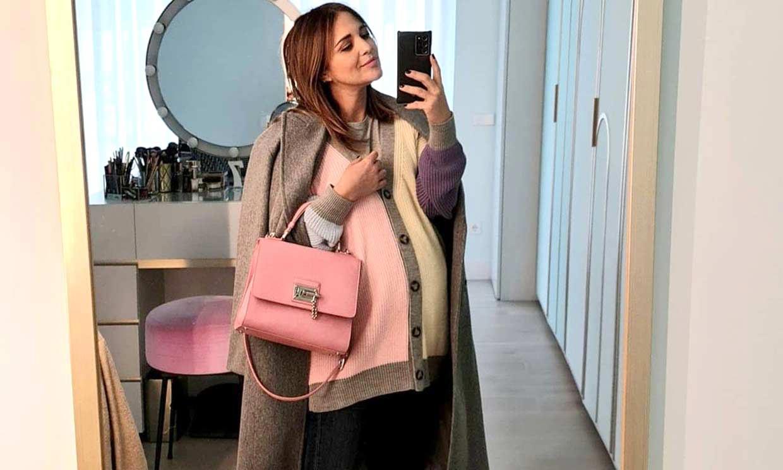 Sara Carbonero, tras los pasos de Paula Echevarría con su cárdigan arcoíris y pantalón 'flowy'