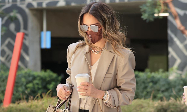 Ficha la estrategia de Jessica Alba para vestir bien en entretiempo sin gastar en ropa