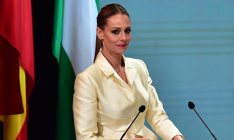 Eva González cumple su tradición de estilo en Sevilla con la chaqueta 'cintura de avispa'