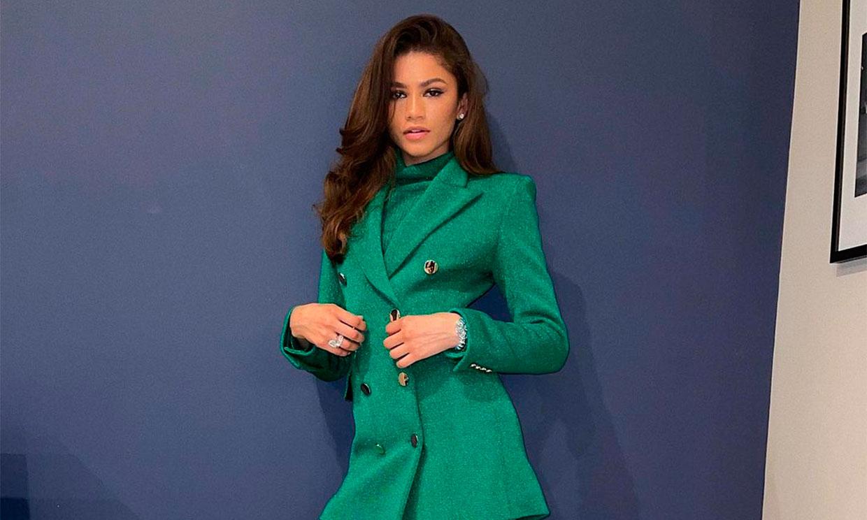 Zendaya estrena la chaqueta española que hace 'piernas infinitas' y conecta con la Reina