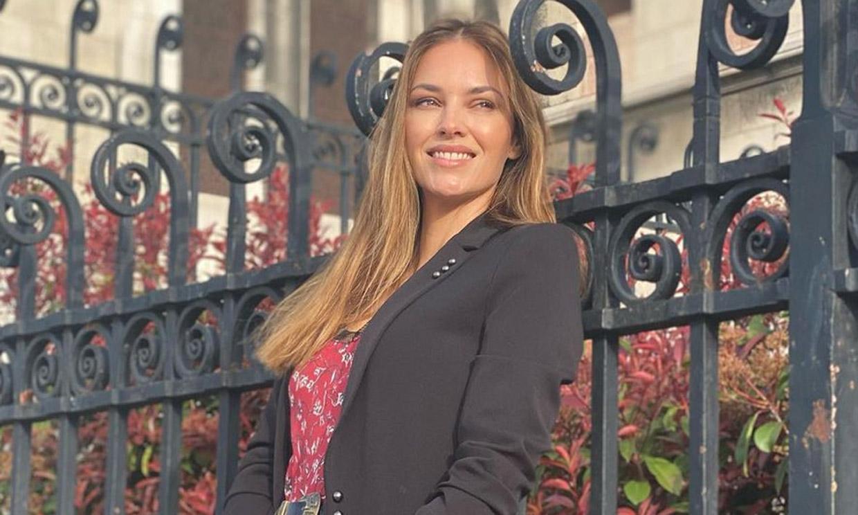 Vestido lencero y americana, el romántico look de 'Helen in Paris'