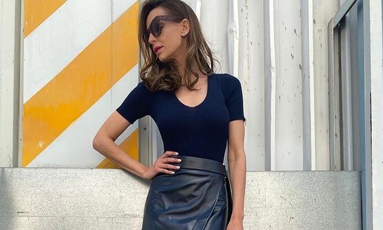 El truco de Eva González para parecer más alta con la falda de cuero preferida por las 'royals'