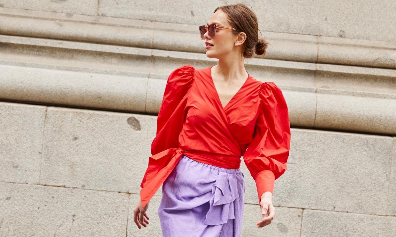 Los looks de colores para invitada que conquistarán a las mujeres más elegantes