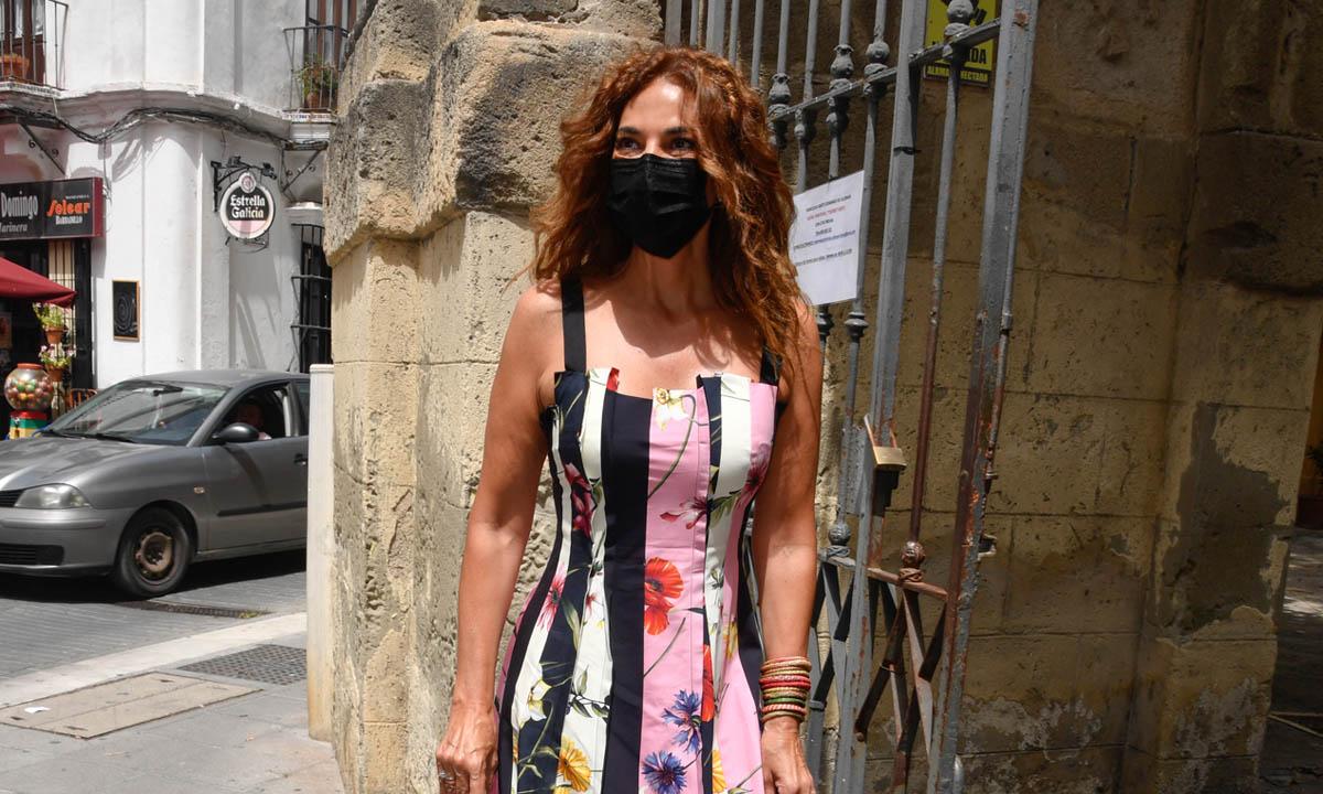 Mariló Montero arriesga (y gana) con su look de invitada: rayas y flores en el mismo vestido