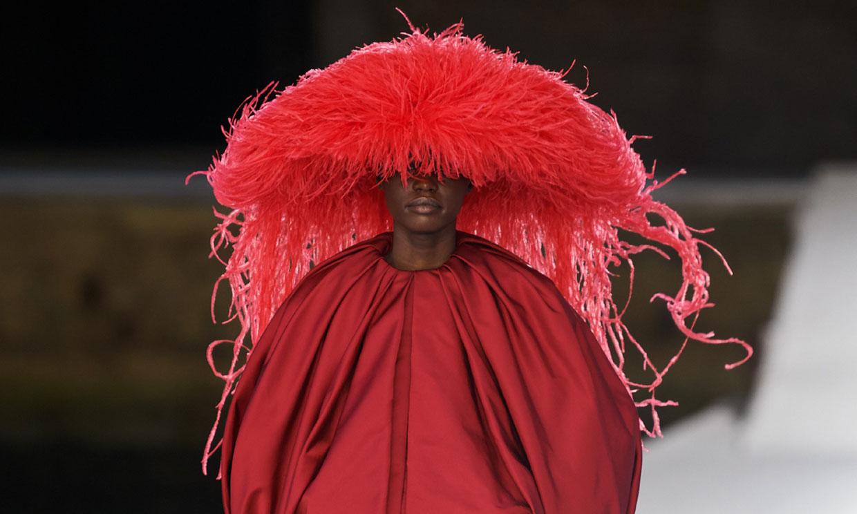 Valentino versiona el sombrero 'medusa' que Marta Ortega llevó a la boda de Carlota Casiraghi