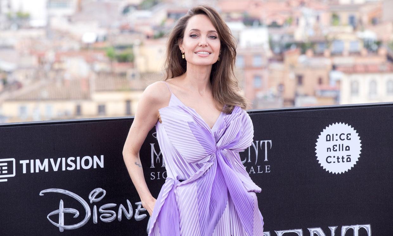 Angelina Jolie conquista París con su vestido camisero inspirado en el estilo de las Reinas