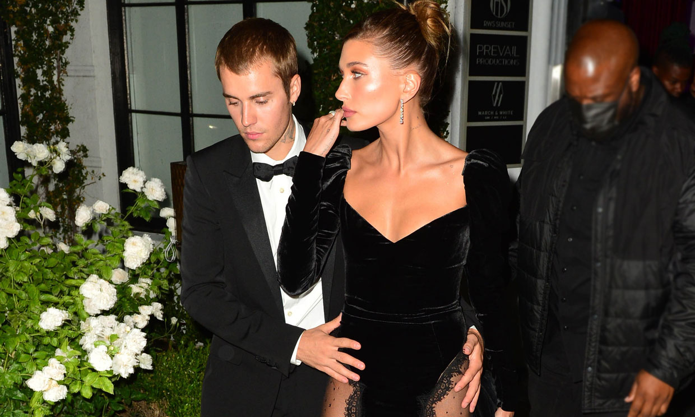 Hailey Baldwin impacta con un vestido transparente que nos recuerda a Kate Middleton